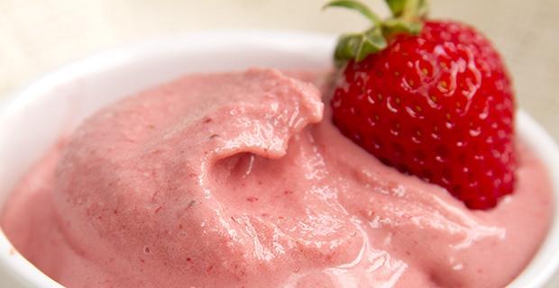 Natūralaus jogurto ledai su uogomis
