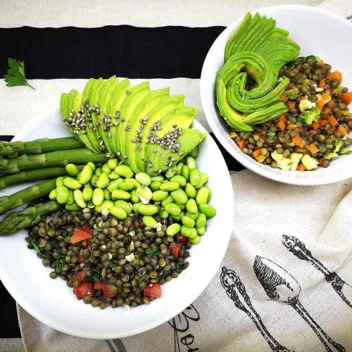 Žalieji lęšiai su morkomis, brokoliais, smidrais ir avokadu