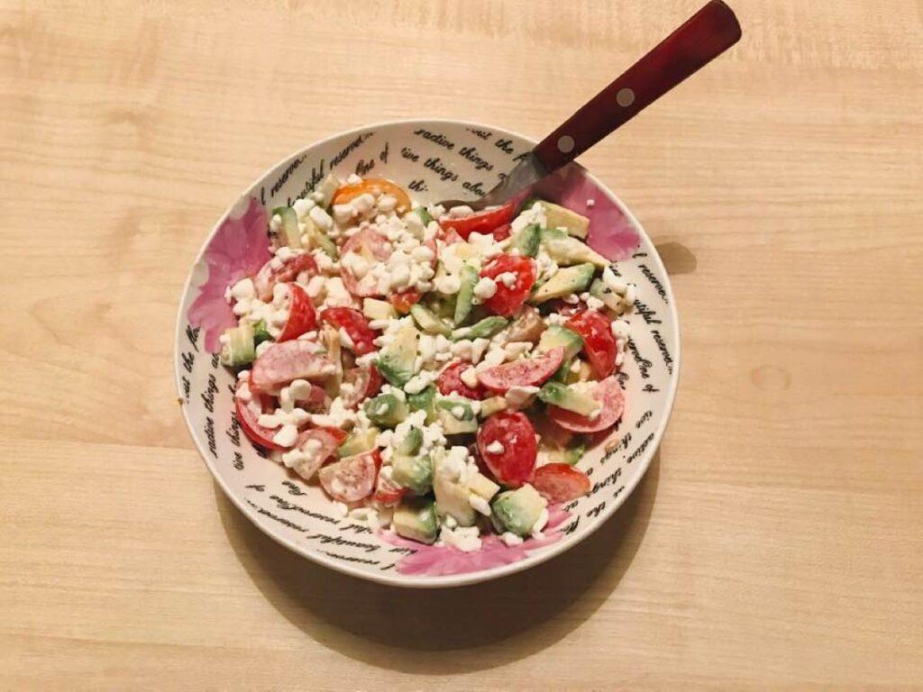 pomidoru-salotos-su-grudeta-varske-ir-avokadais